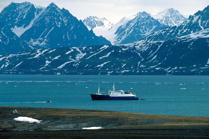 Ein Zodiac kehrt zum Mutterschiff zurück