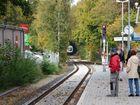 Ein Zug der evn fährt in Harsefeld ein.