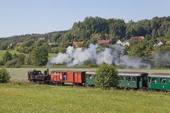 Ein Zug fröhlicher Kinder (2)