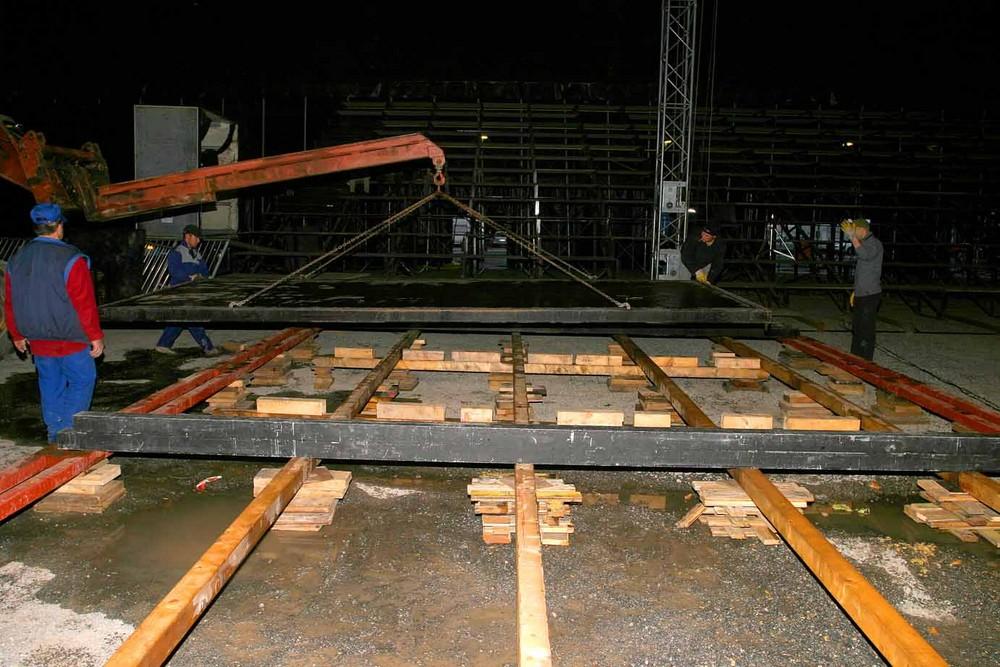 """Einbau eines Bodenelements der Actionstraße im Circus Flic-Flac """"No Limits"""" Programms 2007"""