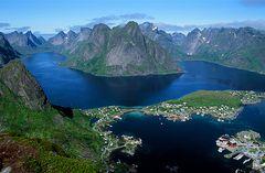 Eindrucksvoll steigen die imposanten Berge direkt aus dem Meer.