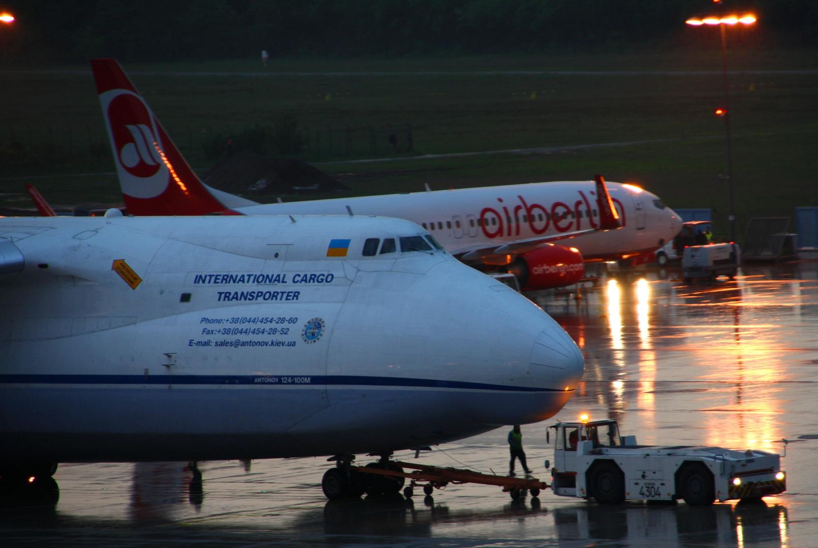 Eine Antonov 124 im Mai in CGN