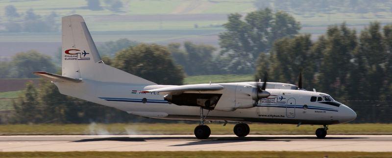Eine Antonov AN-26B Transportmaschine bei der Landung