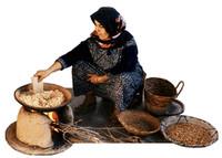 """Eine Berbere Frau beim das flüssigen Gold Marokko """"Arganöl"""" zu pressen."""