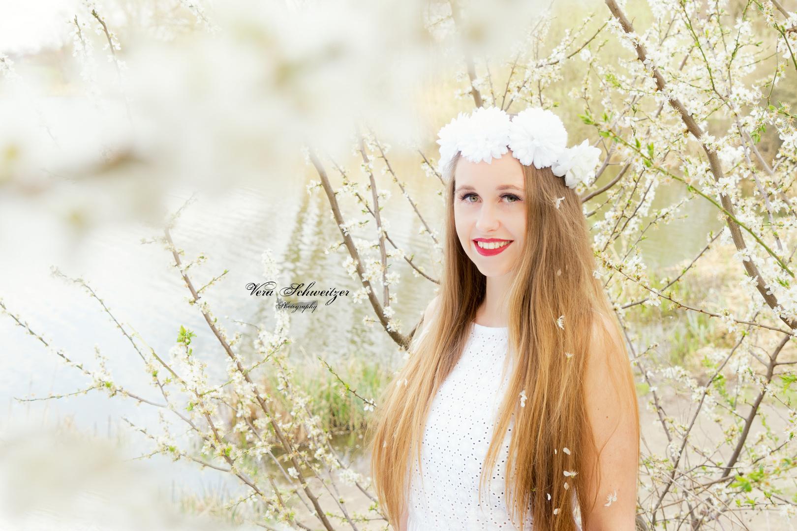 Eine bezaubernde Frau im Blütenparadies