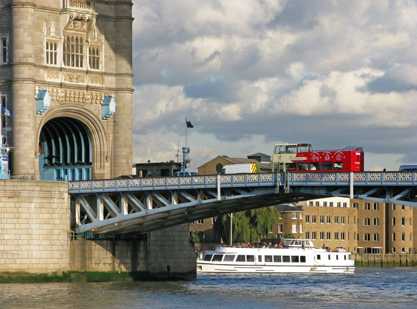 Eine Brücke, Wolken und ein roter Bus... It`s London!