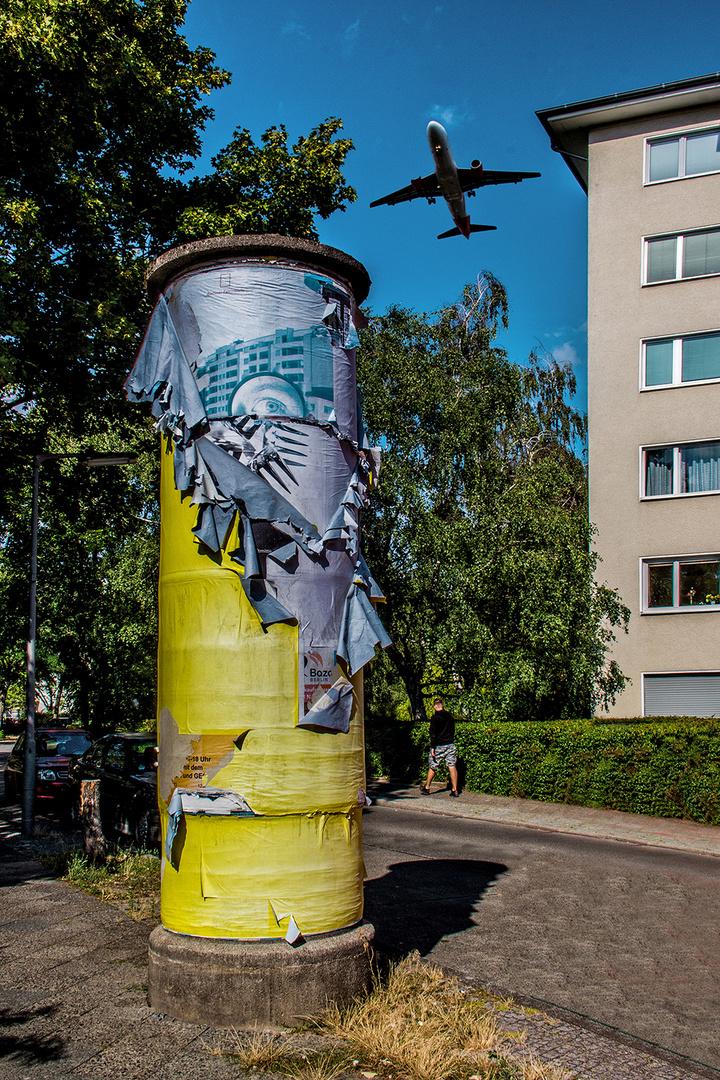 Eine der 24 denkmalgeschützten Litfaßsäulen in Berlin