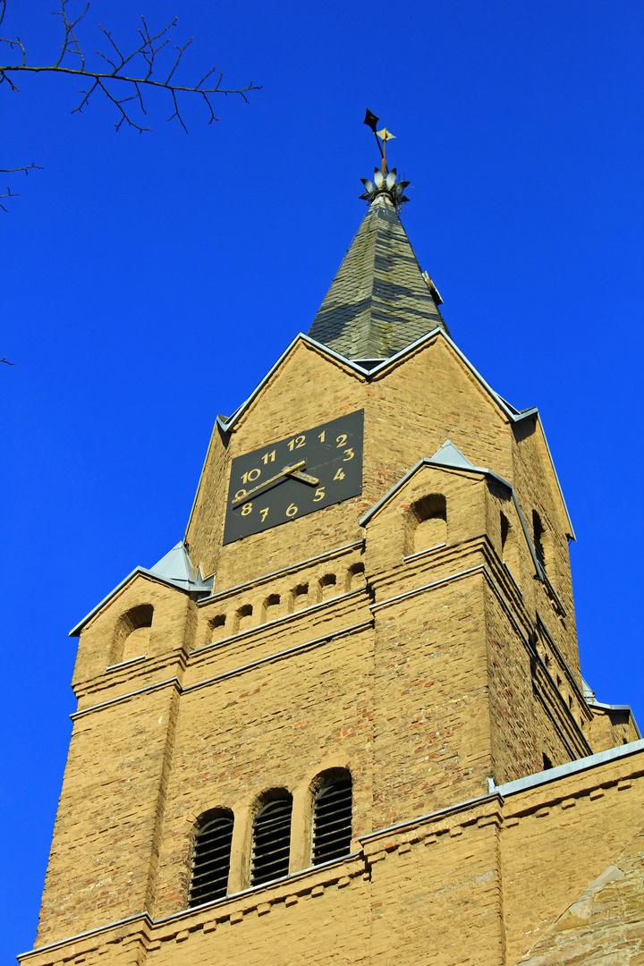 Eine der beiden Kirchturmspitzen der evangelischen Kirche in Hilchenbach (Siegerland)