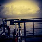 Eine Detailansicht auf der Fähre und der Blick auf s offene Meer