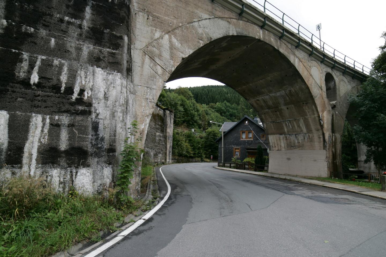eine Eisenbahnbrücke in Lauscha