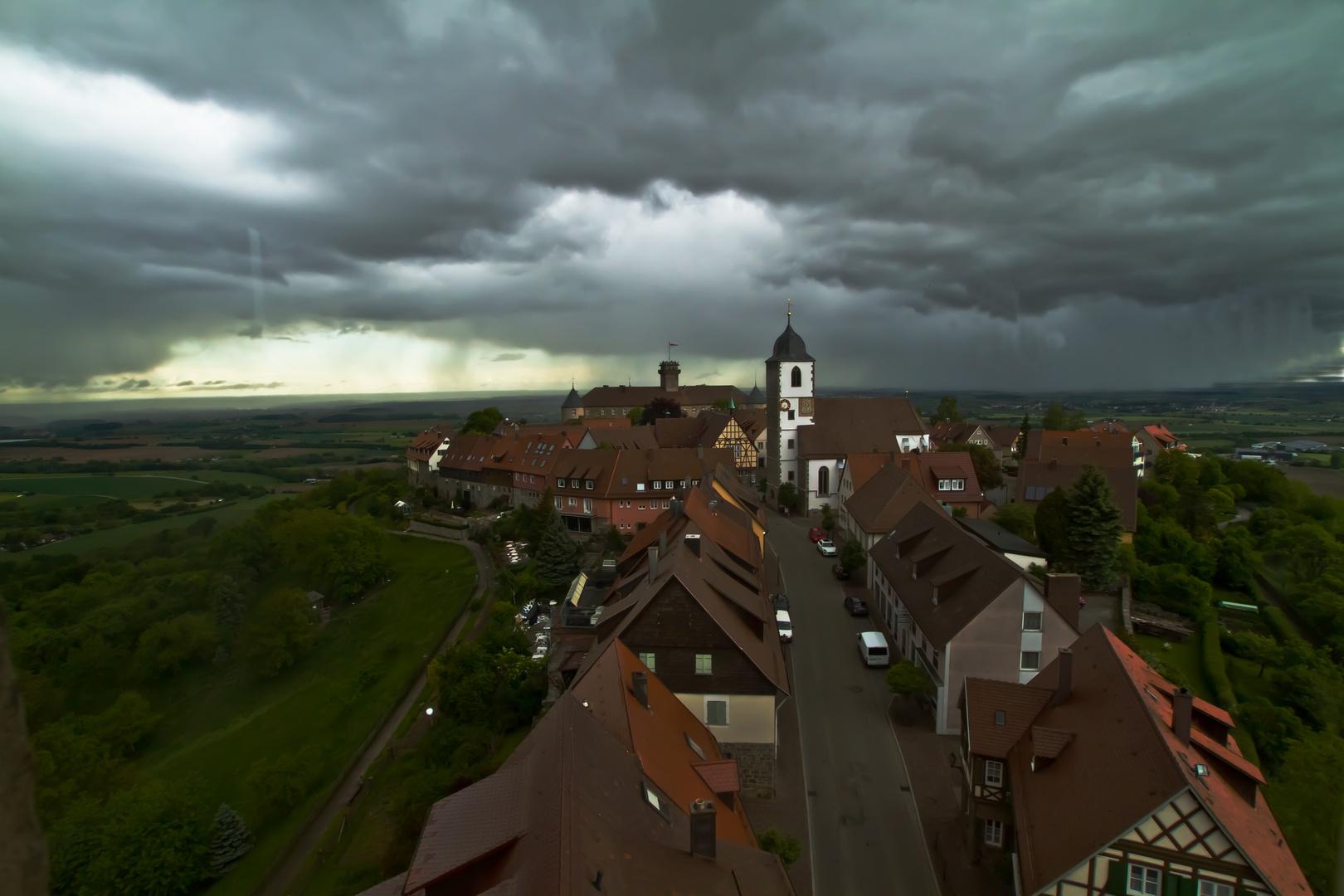Eine Gewitterfront zieht über Waldenburg