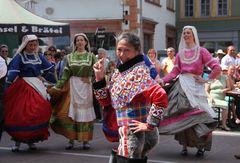 Eine Grönländerin tanzt mit Italienerinnen