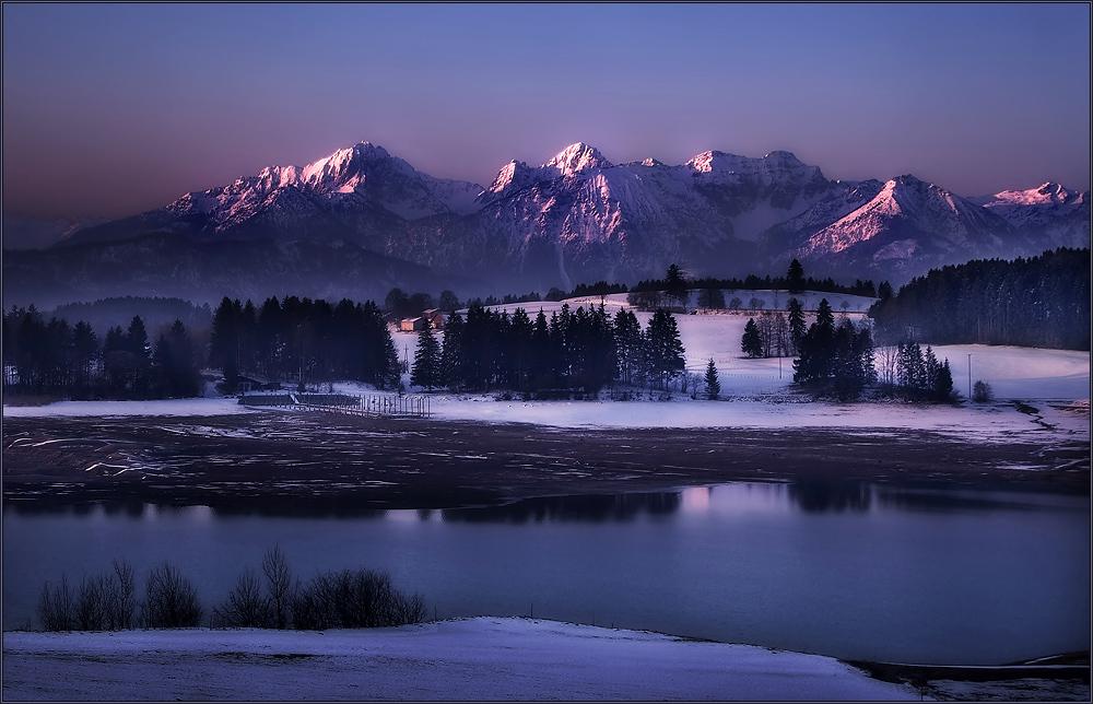 Eine kalte Winternacht neigt sich dem Ende zu.