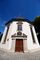 Eine Kirche (St. Salvator)