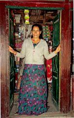 Eine Ladenbesitzerin vor ihrem Geschäft im Annapurna-Gebiet