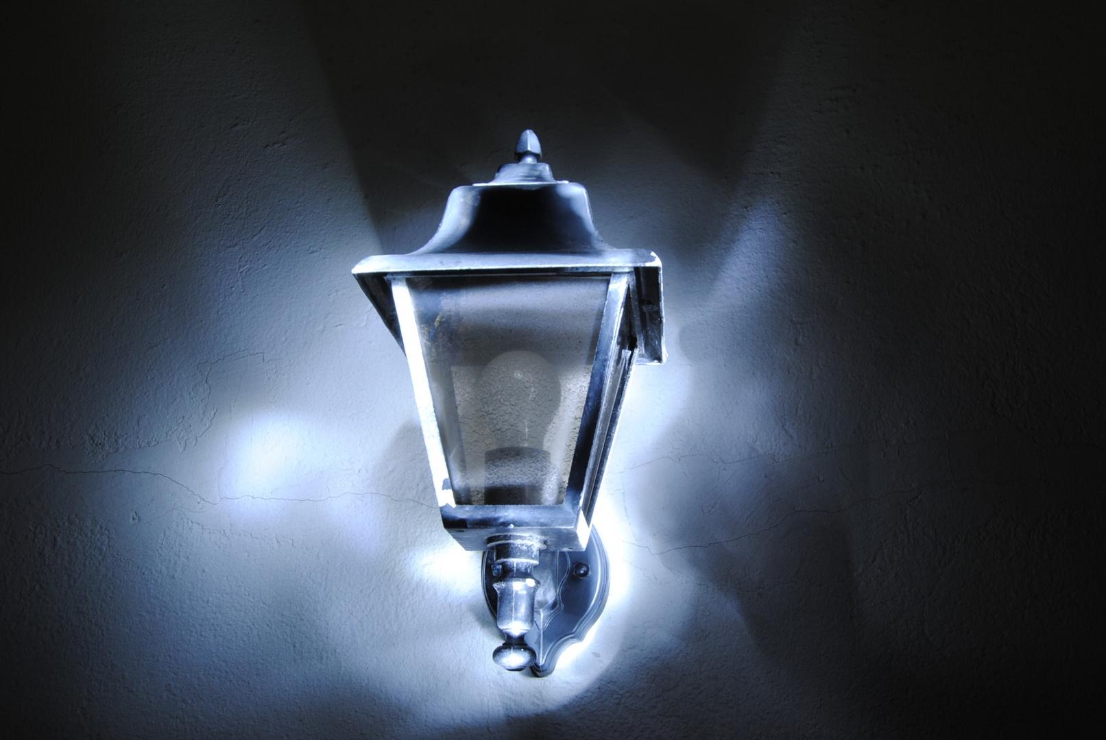 Eine Lampe verliert ihr Licht.