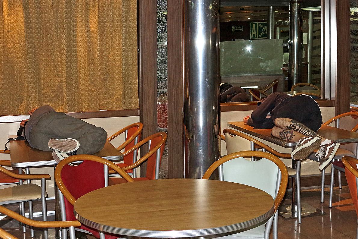 Eine lange und langweilige Nacht auf der Fähre / Una notte lunga e noiosa a bordo del traghetto (2)