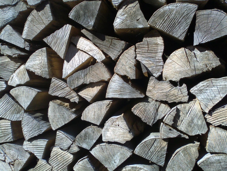 Eine Menge Holz vor der Hütte