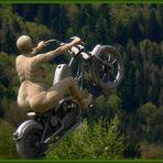 Eine Nackte auf ihrem verrückten Motorrad...