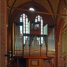 Eine Orgel im Gegenlicht