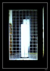 Eine schwarz lackierte Strassenlampe mit Drahtglas.