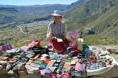 Eine Souvenirhändlerin oberhalb von Chivay