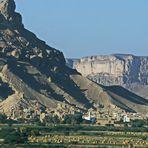 Eine Stadt im Wadi Hadramaut im Yemen inmitten wilder Berge...