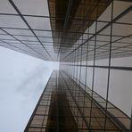 eine Stahl-Glasbaute aus ungewöhnlicher Perspektive