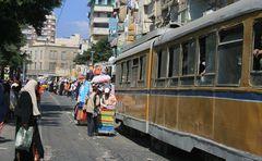 Eine Straßenbahn erkämpft sich ihren Weg