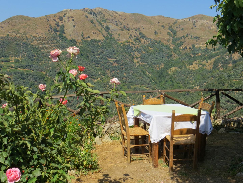 Eine Taverne auf Kreta: Eine Oase der Kühle und Stille