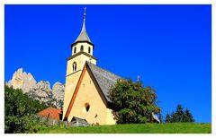 eíne von vielen Kapellen in den Dolomiten