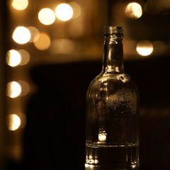 Eine Wasserflasche mit ein wenig warmem Licht