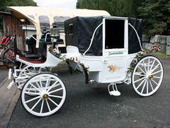 eine weiße Hochzeitskutsche