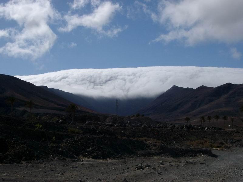 Eine Wolke fällt ins Tal