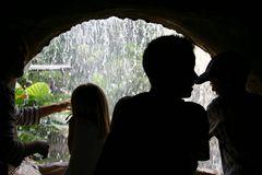 einen Blick durch den Wasserfall riskieren