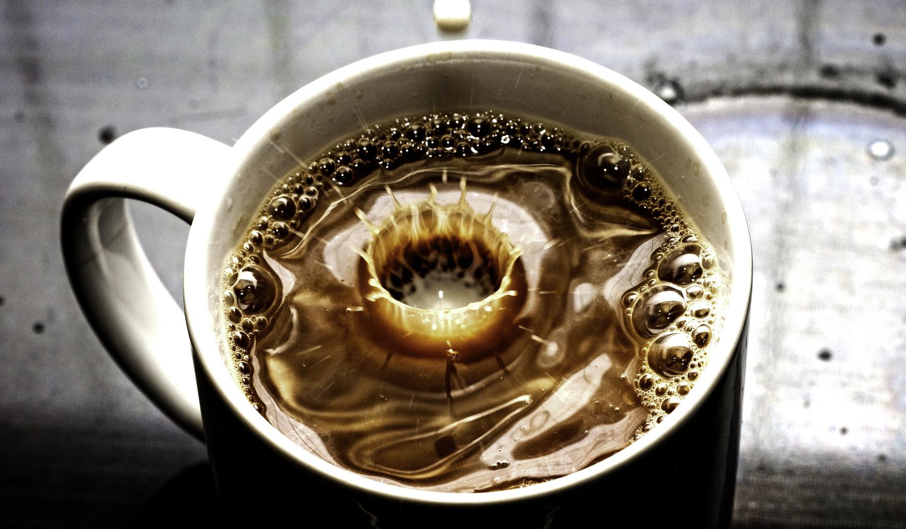 einen kaffee mit milch bitte!