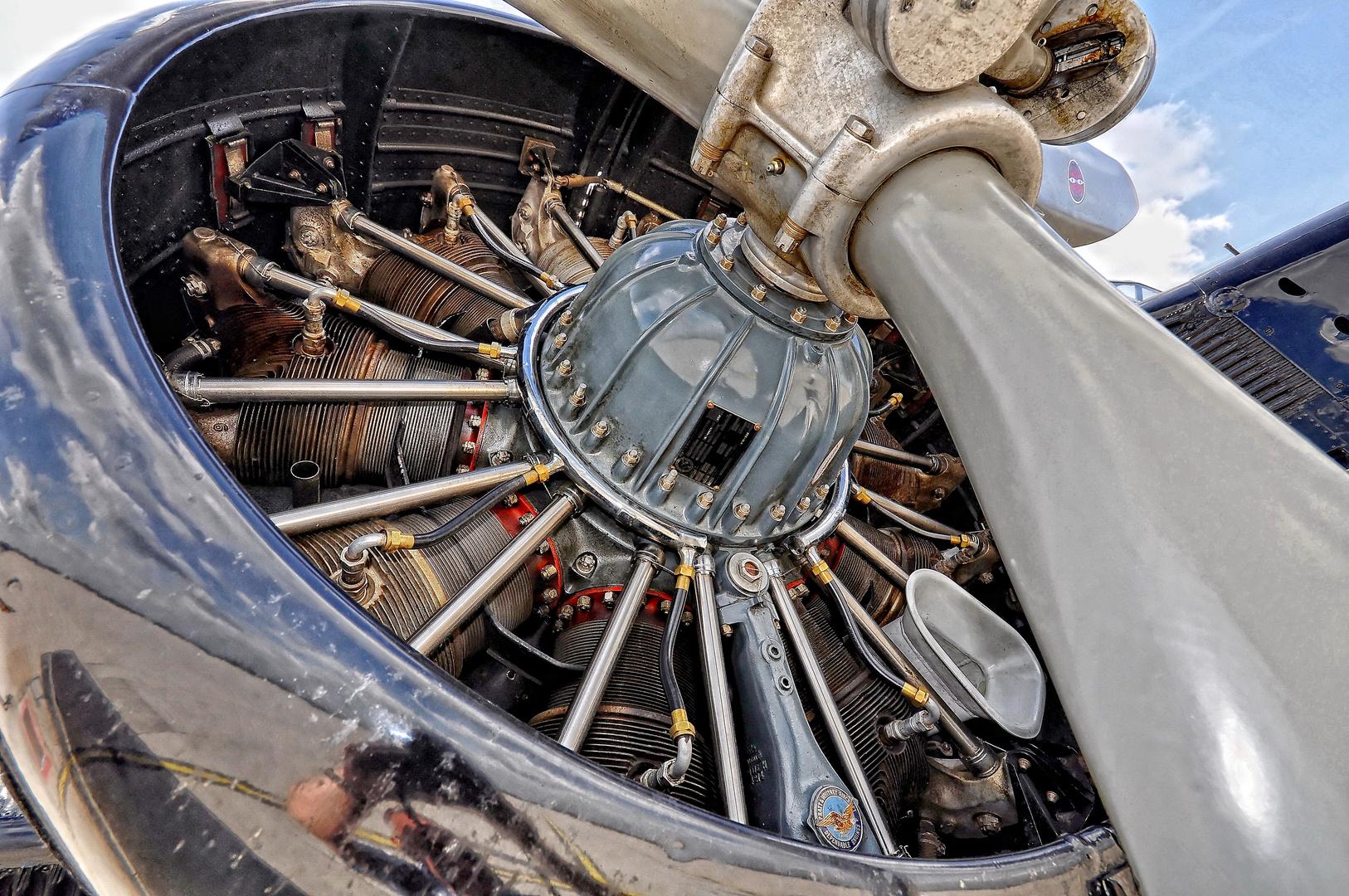 Einer der 3 Motoren mit je 24 l Hubraum