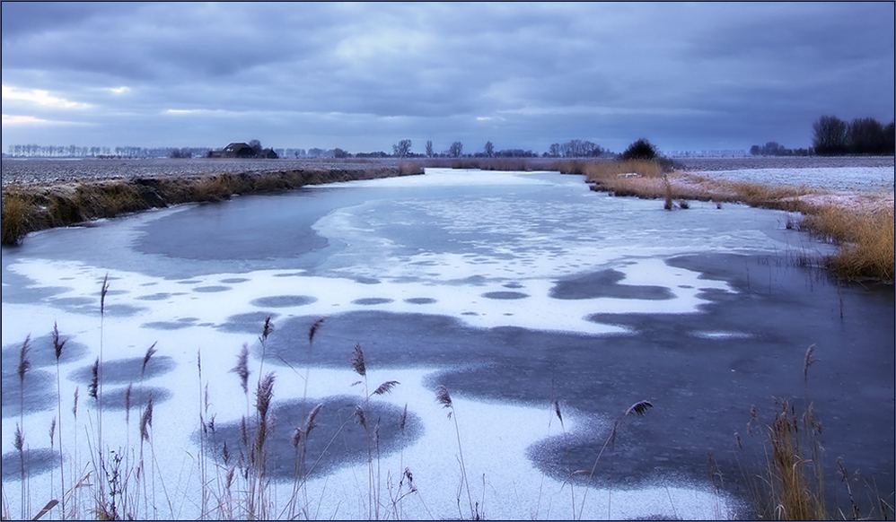 Eines der vielen Gewässer im winterlichen Holland