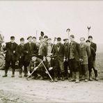 Eines meiner ersten Foto vor 70 Jahren. Männer meines Dorfes