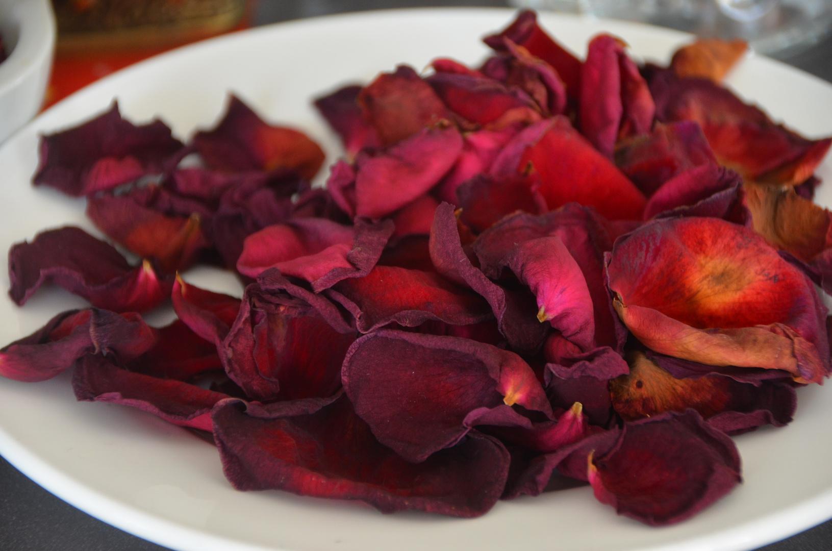 Einfach Rosenblütenblätter :)