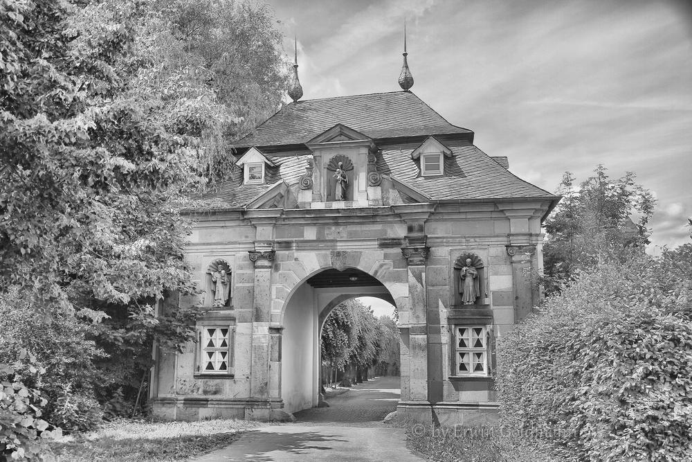 - Eingang zum Kloster Knechtsteden -