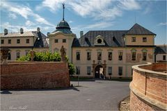 Eingang zum Schloss Manetin