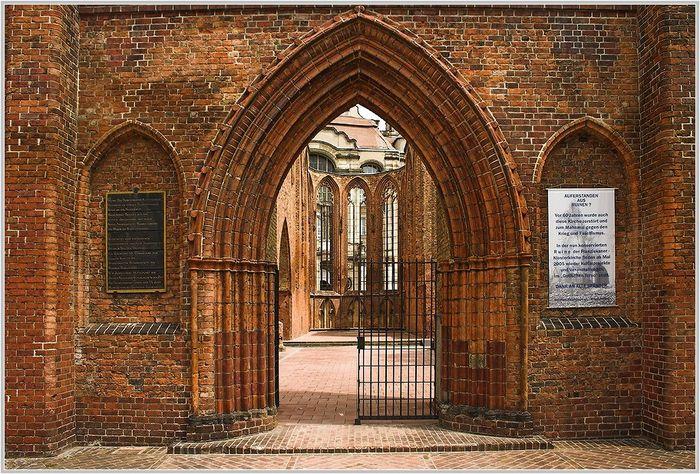 Eingangsportal zur Ruine der Klosterkirche in Bln.-Mitte nahe dem Alexanderplatz.