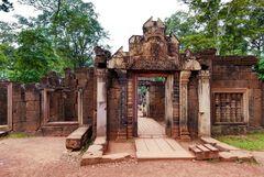 ...Eingangstor zum Banteay Srei Tempel...