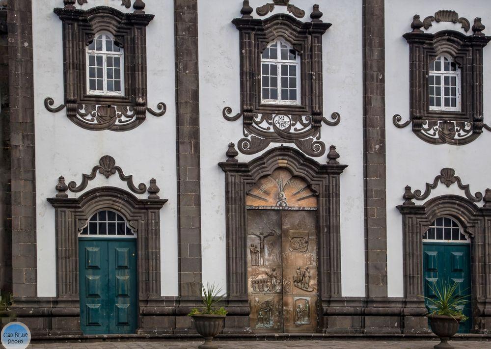 Eingangstür der  Igreja Matriz de São Jorge (Nordeste)
