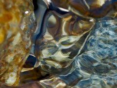 Eingefrorene Wasserbewegungen im Bergbach, ein Makro. - La photo qui arrête le temps…