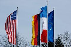 Einhausen - Fahnen zum Thema Verschwisterung mit F und USA