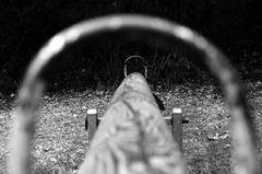 Einsam und verlassen - die Wippe auf dem Spielplatz nebenan