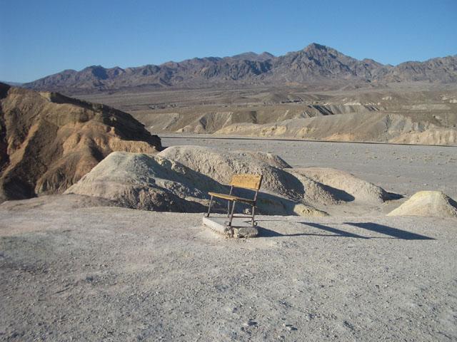 Einsame Bank im Death Valley, CA, USA