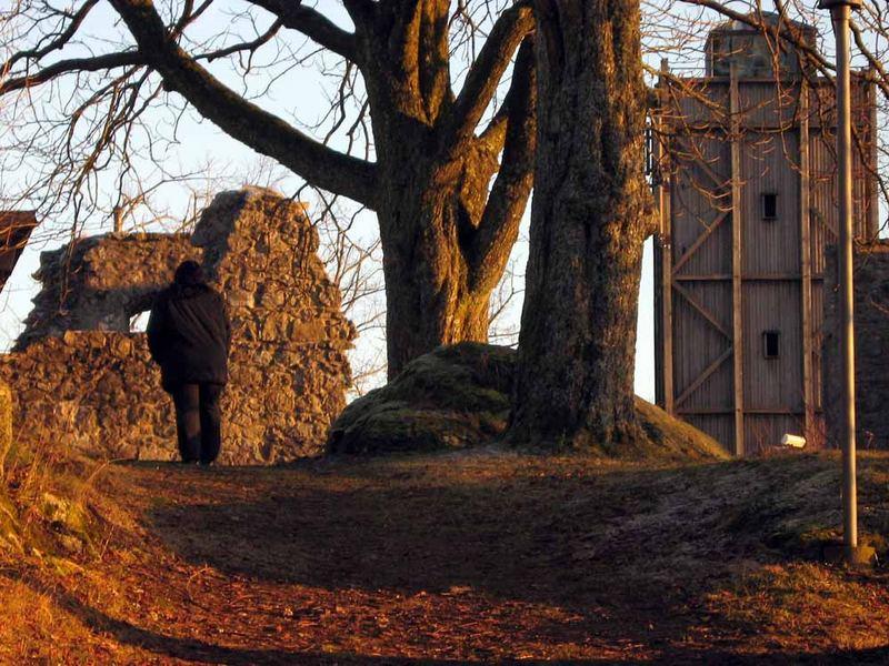 Einsame Frau auf einer Burgruine